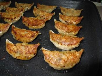 普通の餃子を焼き