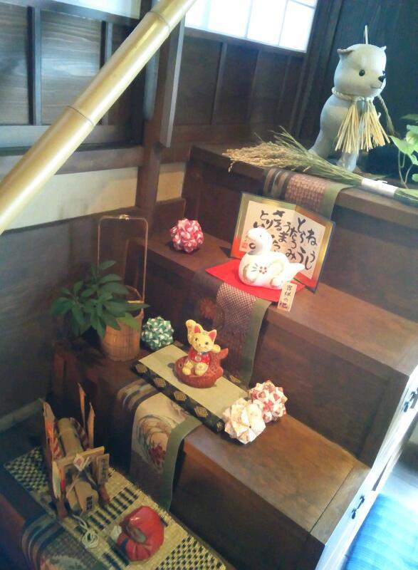 階段箪笥の上のディスプレイ