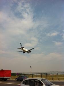 頭上を通り抜けた飛行機
