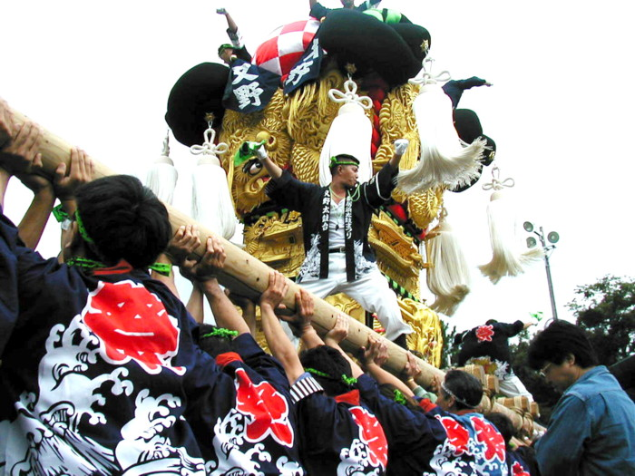 八旛神社でかき比べの又野太鼓台