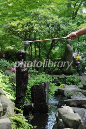 2798713 仏像に水をかける