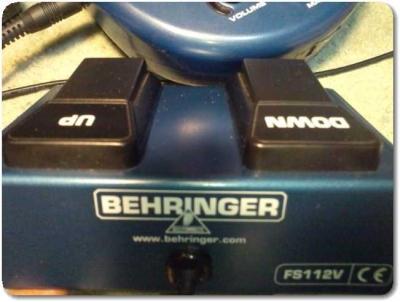 ベリンガーV-AMP2のフットスイッチ