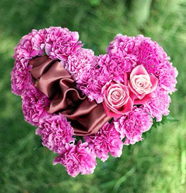 カーネーションとバラのハート型の花束