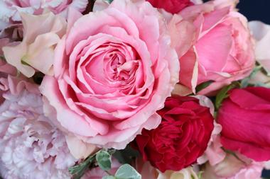 ピンク系クレッセント型の生花ブーケ