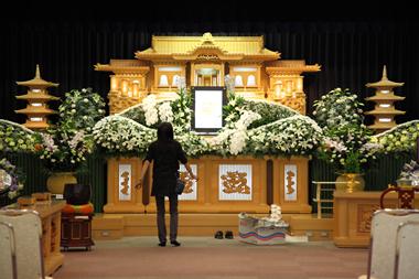 花祭壇仕上げ中