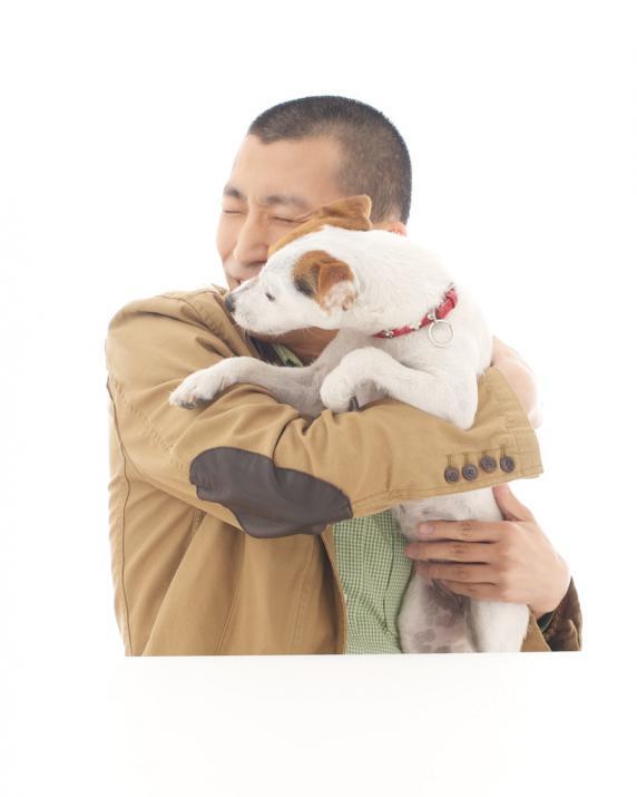 撮影スタジオの犬に襲わられるジーニー