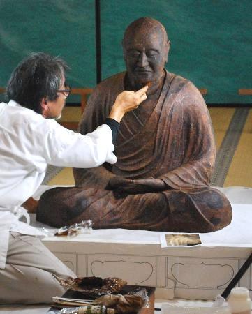 制作が続く鑑真和上坐像の模造