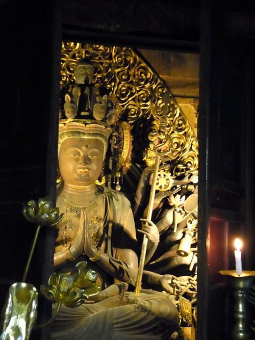 ほの暗い本堂に照らし出される太江寺・十一面観音坐像