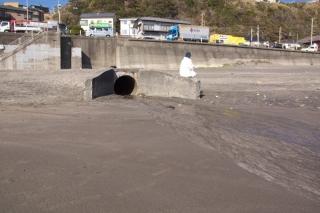江島道:鎌倉高校前付近の暗渠からの流出