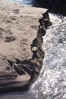 江島道:行合川河口で崩れる砂