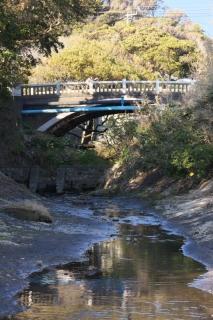 江島道:音無橋を音無川筋から見上げる