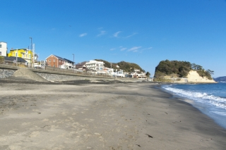 江島道:稲村ヶ崎付近の砂浜