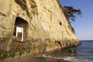 江島道:稲村ヶ崎の由比ヶ浜寄りは断崖を直接波が洗う