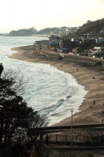 江島道:稲村ガ崎公園の上から七里ヶ浜を見下ろす