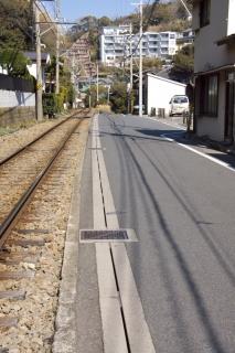 江島道:しばらく江ノ電と並行する