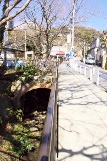 江島道:極楽寺駅下を流れる極楽寺川