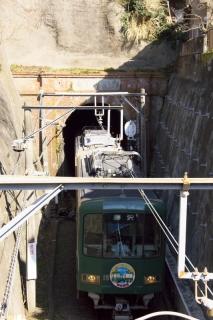 江島道:江ノ電は極楽洞で由比ヶ浜方面へ向かう