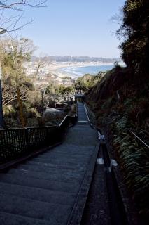 江島道:成就院の階段上から由比ヶ浜を見遣る