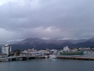 佐渡の山に雪積もる