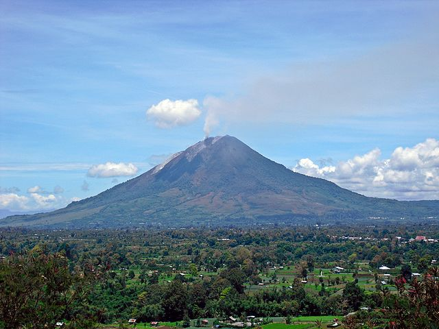 【インドネシア】 シナブン山の噴火が活発化、1万9000人以上が避難