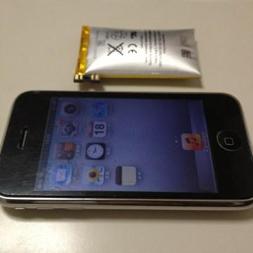 復活したiPhone 3GSと取り外したバッテリー