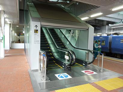 列車が見える風景(博多駅 ネスカフェのカフェから・・・)