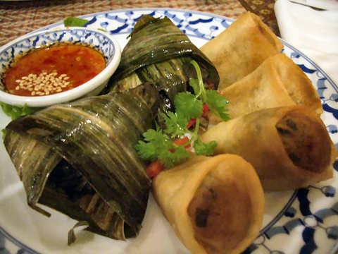 揚げ春巻き+鶏肉の葉包み揚げ@TAWAN THAI