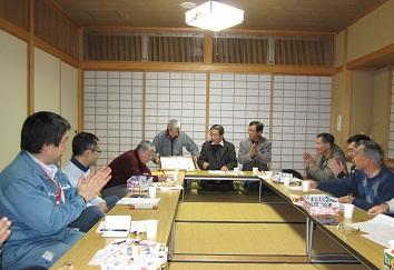 上田副館長の市社会教育功労賞受賞を祝いあいました。