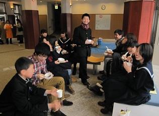 生活などを話し合い生徒と留学生の交流も深まりました。