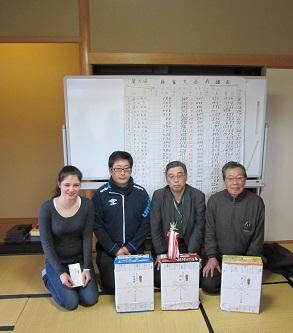 優勝の毛利さんを中心に、折池・坂さん。ユスティナさんと記念写真も