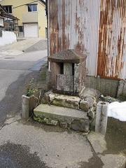 用水沿いに安置されています上若松町の地蔵さん
