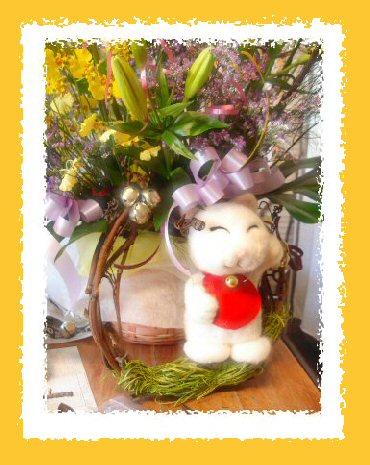 お花のアレンジと招き猫