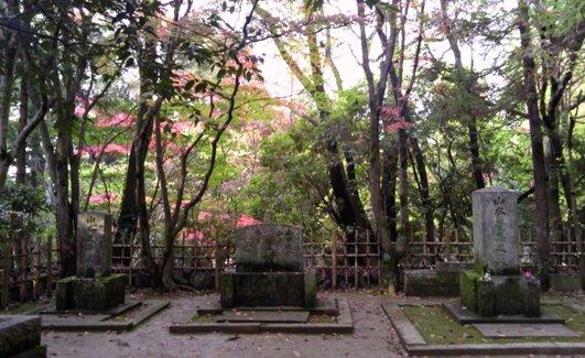 右から 覚馬の墓、 (中央)山本権八、佐久、三郎の墓 、左 久栄の墓 みんないっしょで寂しくないね